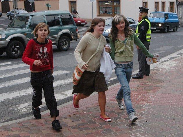 U přechodů dohlíželi policisté s městskými strážníky nad bezpečností dětí.