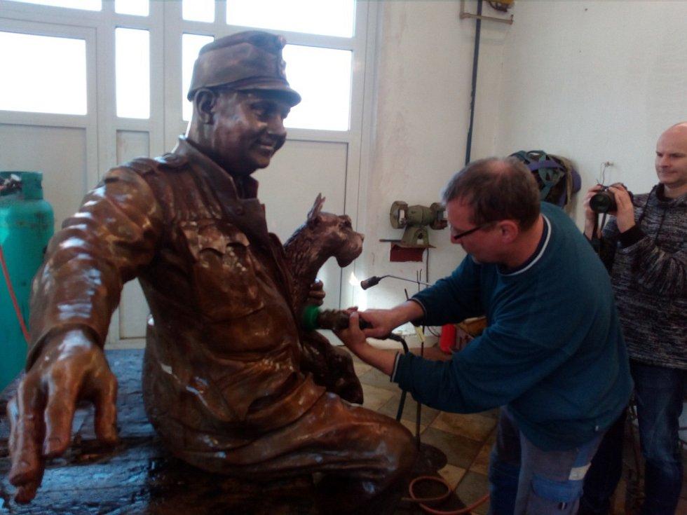 Konečné úpravy na výrobě sochy Švejka.