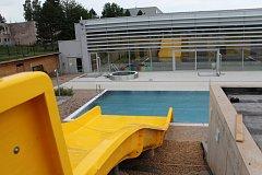 Začátkem prázdnin se veřejnosti otevře vedle krytého bazénu na sídlišti i jeho venkovní část s atrakcemi.