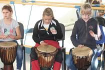Bělohradští žáci - bubeníci v Nové Pace.