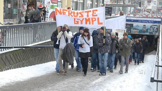 NERUŠTE NÁM GYMNÁZIUM! Demonstrace hořických studentů v Hradci Králové