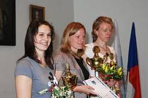 Ocenění za 2.místo pro autokrosaře Václava Fejfara převzala dcera Michala (zcela vlevo), přítomen byl i vnuk Rostík.Závodník byl v zahraničí.Vítězkou je už poněkolikáté orientační běžkyně Dana Brožková(uprostřed),sestra Radka Brožková skončila třetí.