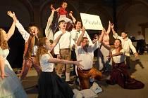 Divadelní představení na arkádovém nádvoří přeneslo diváky do Benátek.