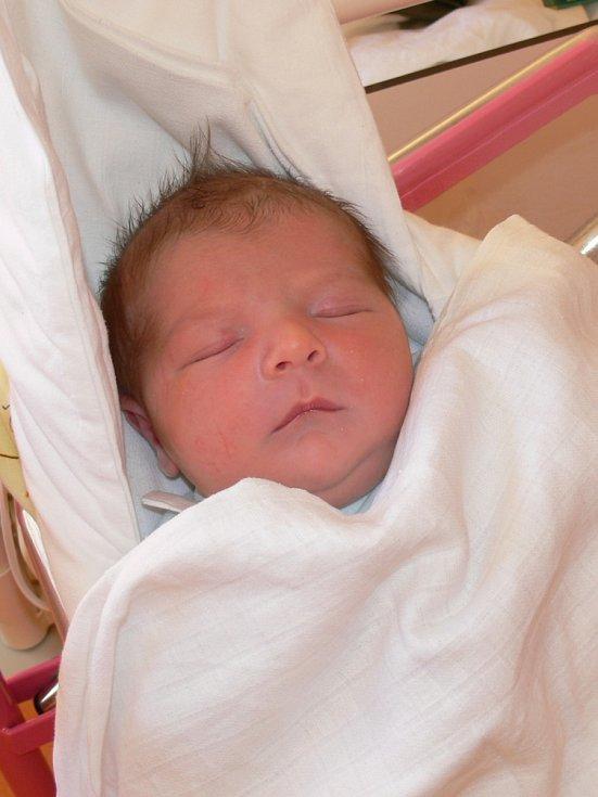 RADEK LANGŠÁDL poprvé mrkl 12. prosince s váhou 4,18 kg a mírou 51 cm na své rodiče Nelu a Radka Langšádlovy. Všichni bydlí v Miletíně.