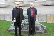 Ředitel hořické sochařské školy Josef Moravec (vpravo) a akademický sochař Stefan Stefanov, ředitel kamenické školy z bulharského Kuninu.