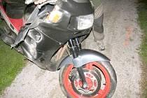 O tom, že motocykl a alkohol nejdou dohromady, se přesvědčil v úterý 8. července 50letý motocyklista na Hořicku. Jel se stejně starým spolujezdcem a nezvládl řízení. Oba utrpěli těžká zranění a skončili v královéhradecké nemocnici.
