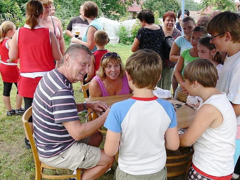 Ze slavnosti mečíků v Nemyčevsi spojené se křtem nové odrůdy Josefem Dvořákem.