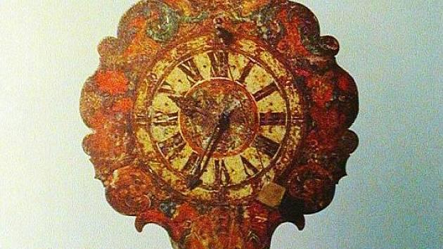 Barokní hodiny z novopackého klášterního kostela.