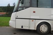 Střet automobilu s autobusem u Chyjic.