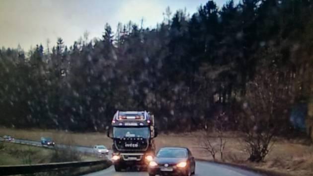 Policisté hledají případné svědky nebezpečného předjíždění, kdy řidič hazardér ohrozil protijedoucí vozidlo.