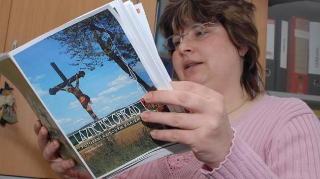 Tajemnice bělohradské radnice Jitka Košťálová seznamuje s publikaci.