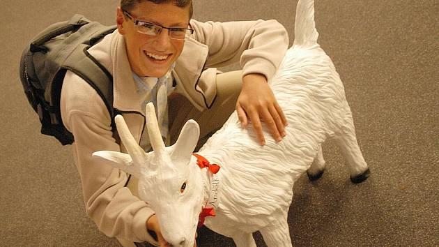 Student David se sádrovou kozou.