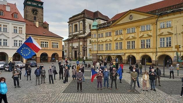 Jičínská odnož Milionu chvilek pro demokracii se přidala k celostátním demonstracím a ve čtvrtek odpoledne vystoupila na Valdštejnově náměstí proti vládě premiéra Andreje Babiše a proti jednání prezidenta Miloše Zemana.