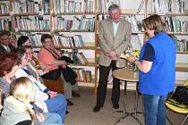 Z návštěvy Stanislava Rudolfa v nové knihovně v Železnici.