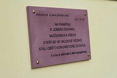 Ve Valdicích je pamětní deska faráře Toufara.