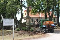 Zalévání vegetace pracovníky technických služeb Hořice a Jičín.