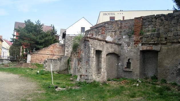Poničené hradby v ulici Boženy Němcové.