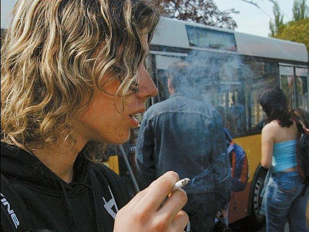 Na zastávkáchc už nebude kouření zakázáno, avšak novela zákona bude podstatně tvrdší než stávající úprava.