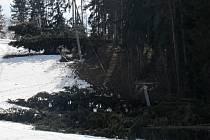 Lyžařský vlek poškozený větrem v Nové Pace.
