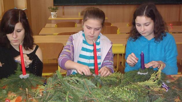 Vánoční tvoření v peckovské škole.
