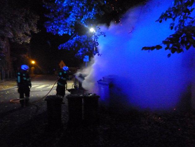 Požár pěti kontejnerů museli vnoci na sobotu řešit novopačtí hasiči.