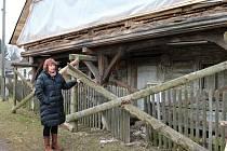 Starostka Zdeňka Brixová u unikátního podsíňového domu, kulturní památky Radimi.
