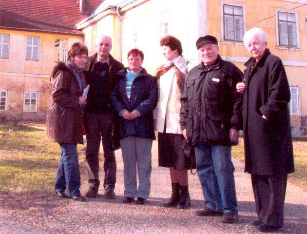 Josef Bucek (druhý zprava) s přáteli u vokšického zámku.