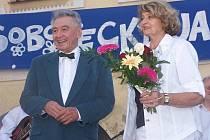 Josef Zíma a Yvetta Simonová při vystoupení na jarmarku v Sobotce.
