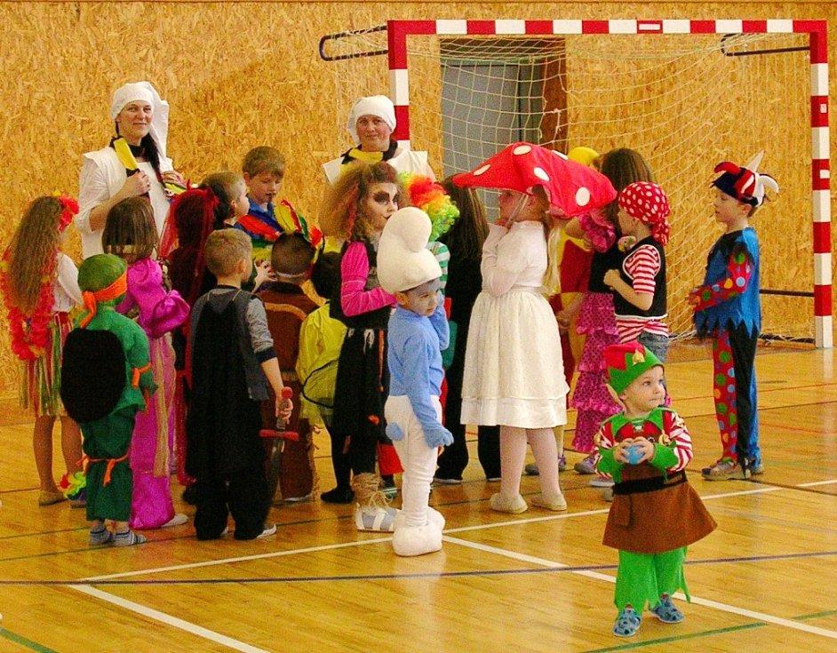 Maškarní karneval v kopidlenské sportovní hale.