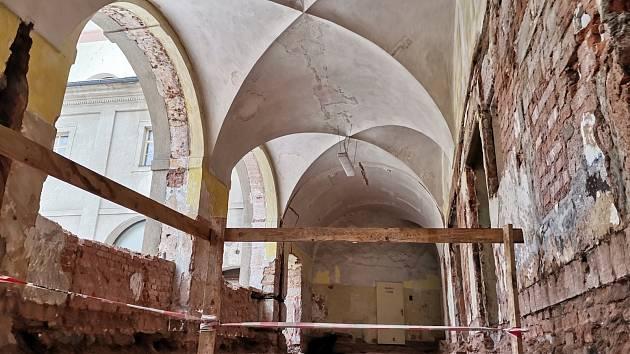 Novopacký klášter prochází rekonstrukcí, do bývalé nemocnice se díky ní vrátí opět život. Stavba postupně odhaluje skrytá tajemství, zazděná schodiště a chodby.