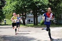 Hořická orientační běžkyně Šárka Rückerová při běhu na první pozici.