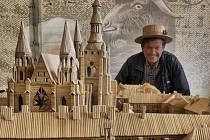 Ladislav Novák z Myšence u Protivína vytvořil přesnou repliku Pražského hradu o rozměrech 310 x 140 cm ze špejlí. Dílo, na kterém rekordman pracoval  2 roky (1 550 hodin), je zmenšeninou skutečného Pražského hradu v měřítku 1:125.