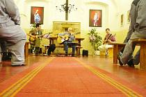 Z koncertu skupiny Fotrss v rámci husitských bohuslužeb ve Věznici Valdice.