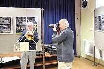 ZDENĚK ČEJKA neodložil fotoaparát ani při zahájení své výstavy  v malém sále MKS. Na vernisáži zahrál Evergreen Dixieland Band Nová Paka.