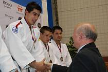 NA STUPNI NEJVYŠŠÍM v hmotnostní kategorii do 73 kg Jaromír Ježek (vlevo), uprostřed domácí Michal Vaníček.