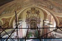 Kostel Nanebevzetí Panny Marie v Nové Pace prochází poslední etapou opravy vnitřních omítek. Mezi nimi jsou i vzácné Kramolínovy výmalby.