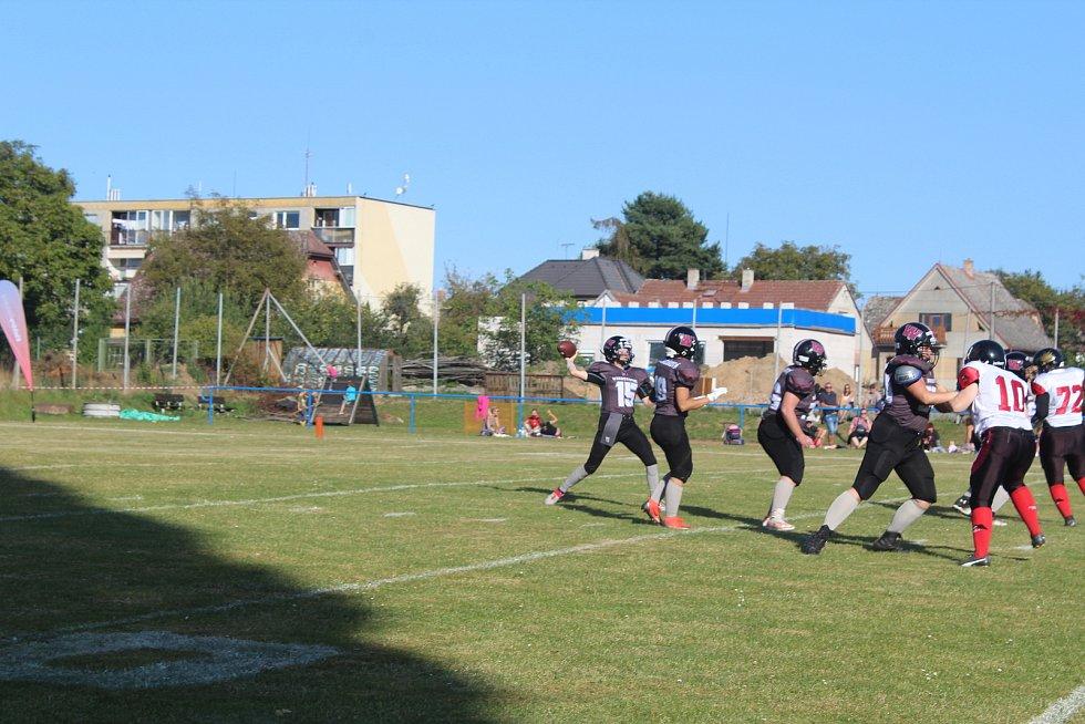 Hráčky jičínských Windstorms (v černém) v souboji s americkými fotbalistkami pražských Harpies.