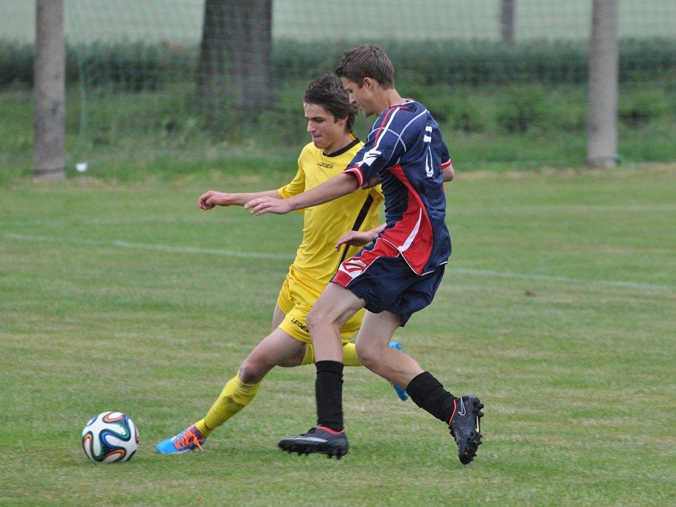 Třiadvacetiletý Dušan Jína se fotbalu věnuje zhruba od svých pěti let. V základní sestavě místního klubu TJ Sokol Lužany má na dresu číslo 4.