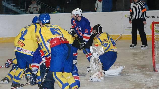 Jičínští se musí sklonit před novopackými  hokejisty (ve světlém). Ačkoliv je v sezóně pětkrát za sebou porazili, dva nejdůležitější zápasy v play off prohráli, BK Nová Paka je v semifinále!