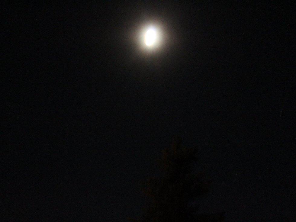 Pozorování zatmění Měsíce z jičínské hvězdárny.