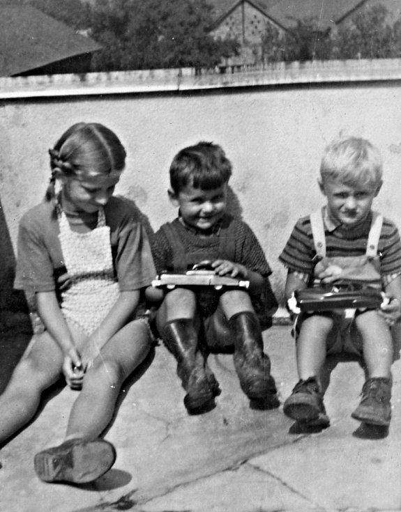 čp.70 ve Mlýnci, na balkóně zleva sestra Evička, Jéňa a Vladimírek Čížkovi.