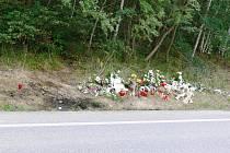 Místo u silnice po tragické nehodě u Samšiny.