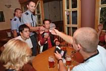 Z kontroly v restauracích zaměřené na podávání alkoholu nezletilým.