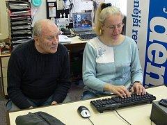 On-line rozhovor našich čtenářů s výtvarníkem Josefem Buckem, na snímku s webeditorkou Alenou Kaňkovou.