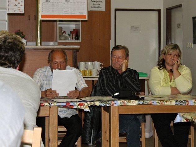 Veřejné zasedání dětenického zastupitelstva, kde byl též problém řešen.