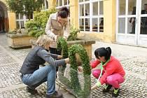 Kopidlenští zahradníci při tvorbě květinových aranžmá.