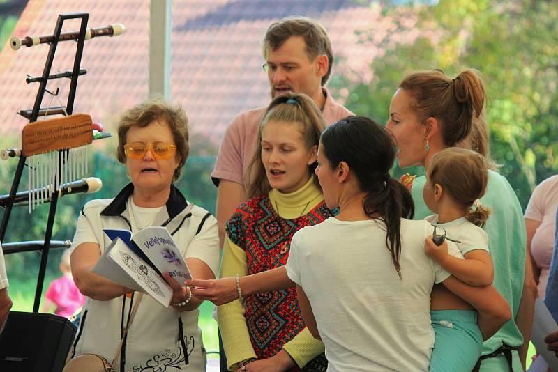Manželé Drahoňovští sezvali na svůj statek v Cidlině regionální řemeslníky, prodejce, hudebníky a přátele, aby společně oslavili svátek svatého Václava a zprovoznění moštárny.