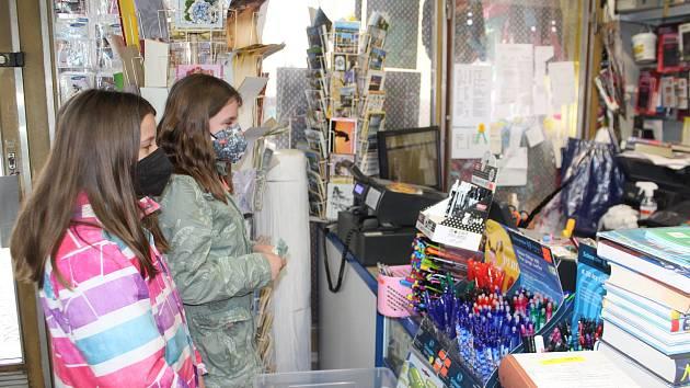 Otevřená papírnictví, děti nakupovaly školní potřeby
