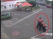 Policisté pátrají po totožnosti motorkáře.