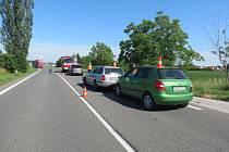 Nepozornost stála za dopravní nehodou tří aut u autobusové zastávky v Holovousích.